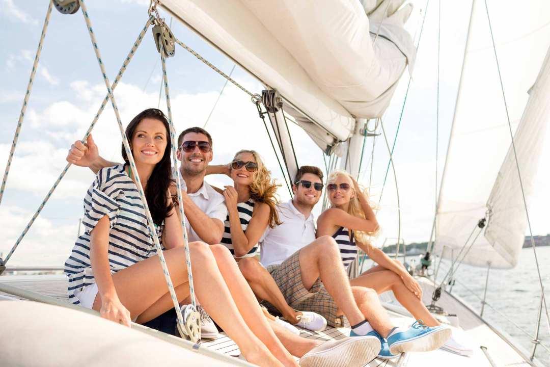 хотел привлекать две девушки и парень отдыхают на яхте закончил